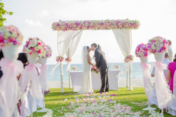 Create the ultimate Siesta Key beach wedding checklist that includes everything that needs to be done to make your special day perfect. || Siesta Key || Peppertree Bay